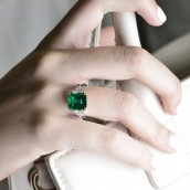 Emerald Gemstone and Triangle Diamond Ring (4