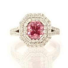 Diamantring mit Radiant-förmigem pinkfarbenem Diamant in Fancy Vivid Purplish Pink mit 1,68  Karat