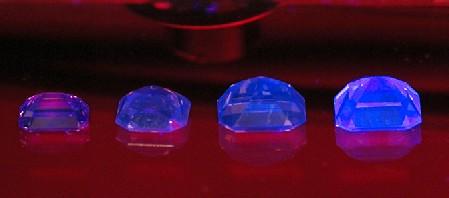 Pinkfarbene Argyle-Steine mit Fluoreszenz
