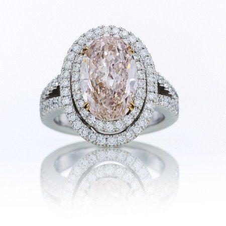 Diamantring mit 4,17 Karat mit einem ovalen Diamant in Fancy-Pink mit leichtem Orange-Einschlag als Mittelstein mit 3,30 Karat