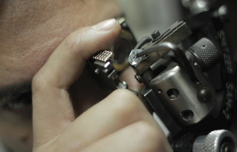 Diamond cutter viewing the rough during the cutting process
