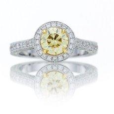 Runder Diamant in Fancy Yellow, gefasst in einem Halo-Ring in voller Pavé-Passung mit filigraner Milgrain-Kante mit 1,01 Karat