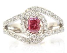 Diamantring mit doppelter Schleife und Stein mit Radiantschliff in Fancy Vivid Purplish Pink mit 0,52 Karat