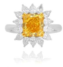 Diamantring mit Stein im Radiantschliff in Fancy Vivid Yellow mit 4,41 Karat